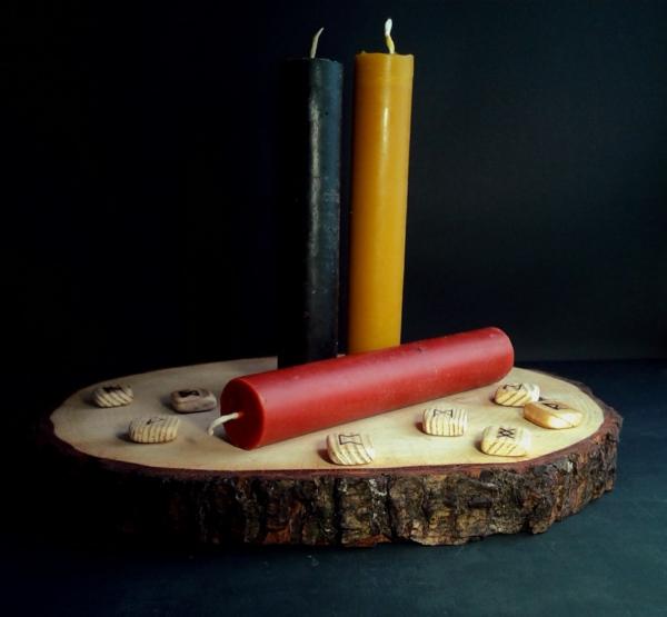 Красные и чёрные магические свечи.